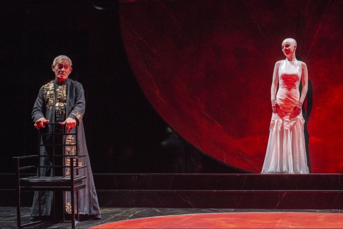 Una macro luna incombe sulla scena di Salomè ottimo Eros Pagni nel ruolo di Erode