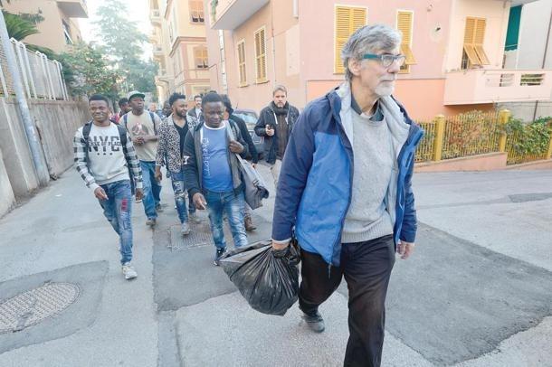 Don Martino aprirà sempre le porte ai migranti