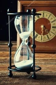 Lo scorrere del tempo aleggia sulle nostre vite come un fiume in piena, irriverente