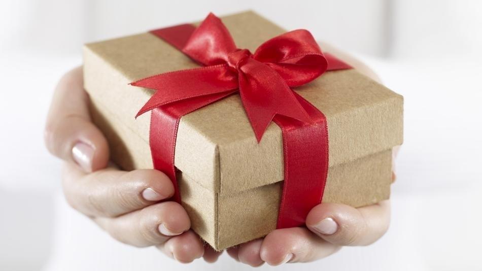 E se smettessimo di guardarci tutti con sospetto e ci scambiassimo doni?