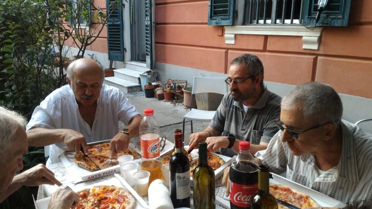 Per la rimpatriata generale una tavolata e le pizze gigantesche e fantasiose di Arturo